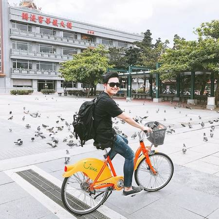 Đi Ubike Đây là phương tiện xe đạp công cộng phổ biến nhất Đài Loan. Bạn sẽ phải trả 5 đài tệ (3.500 đồng) cho 30 phút đầu, 10 đài tệ cho 30 phút tiếp theo. Trước khi sử dụng bạn phải có số điện thoại tại Đài Loan và đăng ký tại các kiost gửi trả xe (có phục vụ tiếng Anh), hoặc tải các app ubike để theo dõi các khu vực có ubike xung quanh, tiện cho việc đổi trả xe.