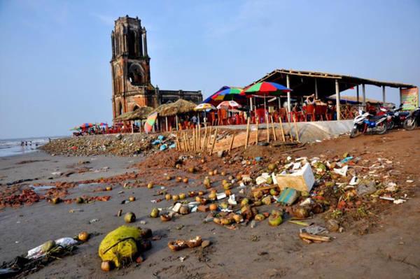 Bức ảnh rác tràn ngập tại nhà thờ đổ Nam Định tạo ra làn sóng tranh cãi trên mạng xã hội. Ảnh: Đ.T.L.