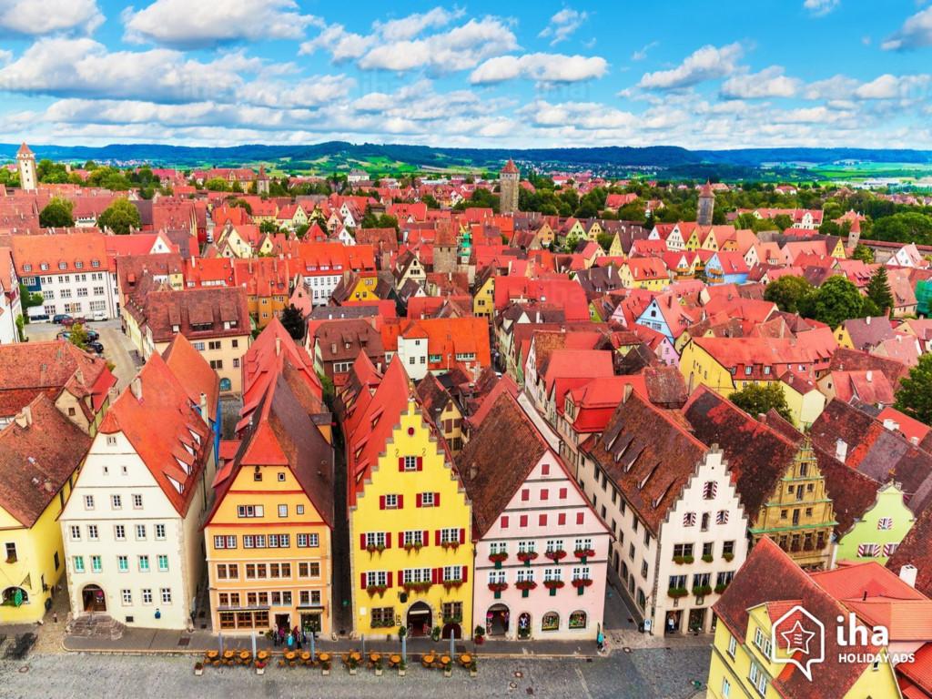 """Đến thăm thị trấn Rothenburg ob der Tauber, Đức, du khách sẽ có cảm giác như được """"xuyên không"""" trở lại thời Trung cổ, tản bộ qua các con phố, ngắm nhìn những ngôi nhà được trang trí bằng giỏ treo trên cửa sổ, thư giãn trong những khu vườn đầy màu sắc hay chiêm ngưỡng kiến trúc tuyệt đẹp của các nhà thờ cổ kính. Ảnh: Iha Holiday Ads."""