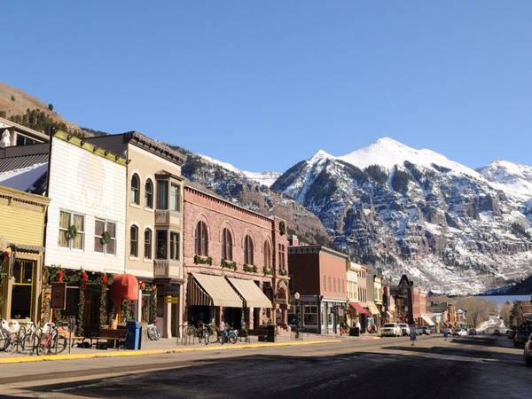 Thị trấn Telluride, Colorado (Mỹ), nổi tiếng với ngọn núi tuyết Rocky, địa điểm yêu thích của những người yêu thích trượt tuyết. Tại đây, du khách có thể đi lang thang qua các cửa hàng hay tham dự các sự kiện, lễ hội âm nhạc đặc sắc. Ảnh: Shutterstock/Lauren Orr.
