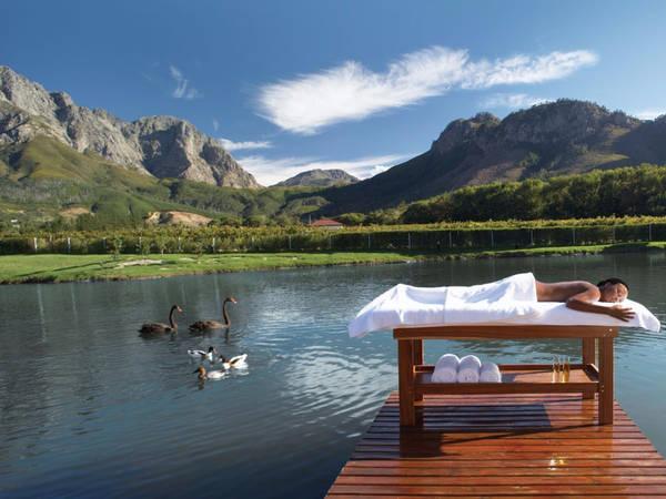 Thị trấn Franschhoek, Nam Phi, nổi tiếng với phong cảnh tuyệt đẹp, thưởng thức những loại rượu vang nổi tiếng và các nhà hàng đẳng cấp thế giới. Du khách có thể đi bộ dạo chơi trên những con đường mòn thuộc dãy núi Drakenstein và Wemmershoek hay thưởng thức các bữa ăn ngon tuyệt cùng với rượu vang Cape nổi tiếng của Nam Phi. Ảnh: Flickr/South African Tourism.