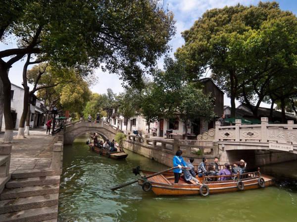 Tongli là một thị trấn sông nước nổi tiếng với những con kênh, những cây cầu đá cổ nằm gần thành phố Tô Châu, Trung Quốc. Thị trấn vẫn còn giữ gìn rất tốt các công trình kiến trúc có từ thời nhà Minh và nhà Thanh. Ảnh: Shutterstock/Tappasan Phurisamrit.