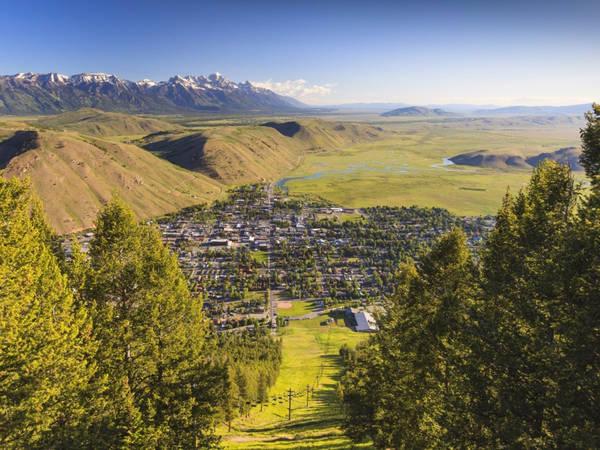 Vào mùa đông, thị trấn Rocky, Jackson, Wyoming (Mỹ) là nơi tập trung của những người yêu trượt tuyết trên núi Rocky. Vào mùa hè, khi tuyết tan, nơi đây nhường chỗ cho các hoạt động thú vị như cắm trại, picnic, các festival âm nhạc. Ảnh: Shutterstock/Jerry Sanchez.