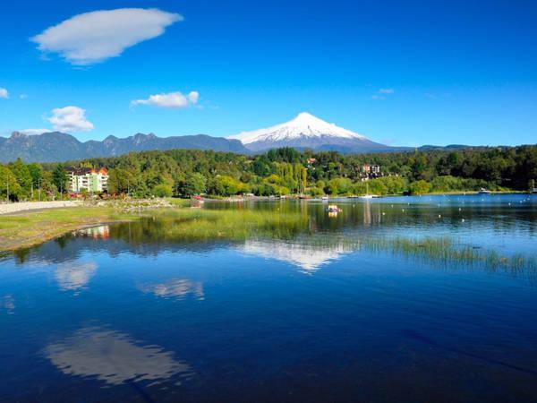 Thị trấn Pucón, nằm nép mình bên cạnh hồ Villarrica, Chile, là điểm đến yêu thích của đông đảo khách du lịch nhờ những bãi tắm cát đen tuyệt đẹp cùng với các hoạt động như chèo thuyền, tắm nước nóng. Ảnh: Shutterstock.