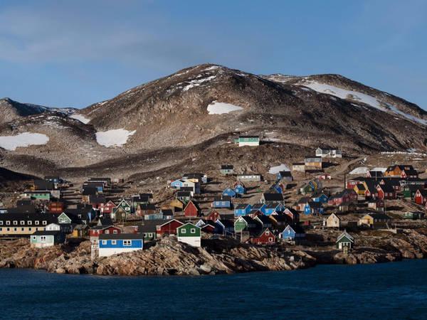 Mặc dù thị trấn Ittoqqortoormiit ở Greenland rất khó để tiếp cận, nhưng vẫn rất thu hút du khách, vì khi đến đây du khách sẽ được hòa mình vào thế giới thiên nhiên hoang dã, nơi có những chú chó kéo xe hay đi thuyền ra hệ thống vịnh đa nhánh lớn nhất thế giới. Ảnh: Shutterstock/Adwo.