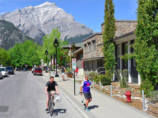 Thị trấn Banff nằm trên ranh giới của Alberta, thuộc Vườn Quốc gia Banff (Canada). Mỗi mùa đông, Banff lại đón một lượng lớn du khách và những người yêu môn trượt tuyết. Ngoài ra, du khách có thể dạo qua các cửa hiệu thời trang, quán cà phê và hơn 200 nhà hàng phục vụ suốt cả năm. Ảnh: Shutterstock/ Lissandra Melo.