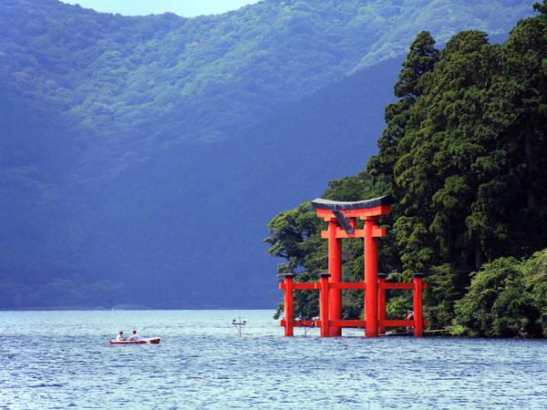 Thị trấn Hakone nằm gần thủ đô Tokyo, Nhật Bản, là một phần của Vườn Quốc gia Fuji-Hakone-Izu. Đến với thị trấn, du khách có thể ngắm nhìn núi Phú Sĩ hùng vĩ, thư giãn trong các suối nước nóng nổi tiếng thế giới và thăm các bảo tàng nghệ thuật. Ngoài ra, các khách sạn, nhà nghỉ mang phong cách kiến trúc truyền thống cũng là một điểm thu hút du khách. Ảnh: Flickr/Toshihiro Oimatsu.