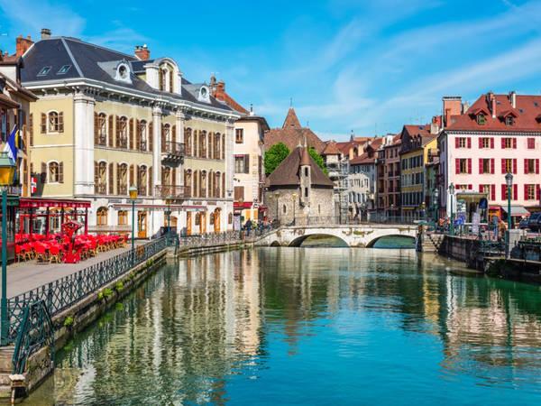 Thị trấn cổ Annecy nằm trên hồ Annecy, Pháp, với những dãy nhà từ thời Trung cổ được sơn màu sắc sặc sỡ tạo cho du khách cảm giác như ngắm nhìn một Venice thu nhỏ. Đến với Annecy, du khách sẽ được tham quan nhà tù cổ Palais de I'lle và lâu đài Château d'Annecy, được coi là biểu tượng của thị trấn. Ảnh: Shutterstock/byvalet.