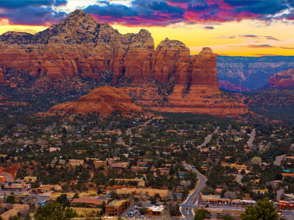 Thị trấn Sedona, Arizona thường có tên trong danh sách các thị trấn nhỏ nhất của nước Mỹ. Tại bất kỳ khách sạn nào trong thị trấn, du khách cũng có thể dễ dàng chiêm ngưỡng những ngọn núi sa thạch hùng vĩ. Đây cũng là nơi lý tưởng cho du khách với nhiều dịch vụ nghỉ dưỡng và những cung đường dành cho người thích đi bộ đường dài. Ảnh: Shutterstock/Josemaria Toscano.