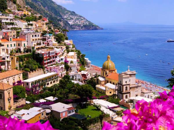 Thị trấn ven biển Positano ở Italy là điểm đến ưa thích của những người nổi tiếng. Vẻ đẹp của sự pha trộn giữa những ngôi nhà nhiều màu sắc như trắng, hồng và vàng kết hợp với màu xanh của nước biển Địa Trung Hải có thể khiến du khách sững sờ. Du khách cũng có thể tản bộ xung quanh và khám phá các cửa hàng thời trang sang trọng, nhà hàng và các con phố đầy sắc màu. Ảnh: Shutterstock.
