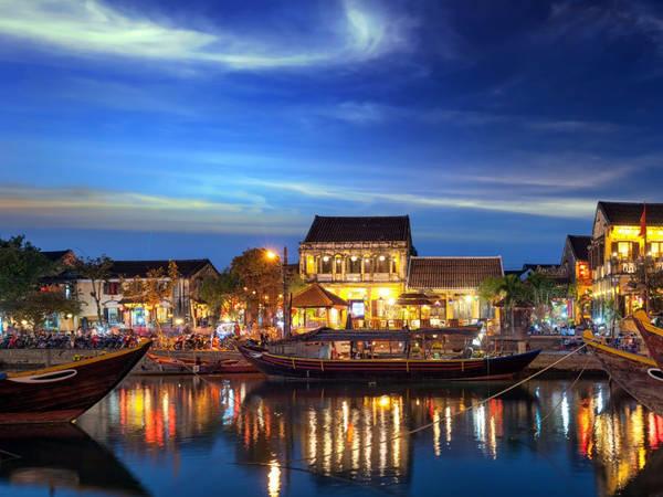 Phố cổ Hội An nằm gần cửa sông Thu Bồn, tỉnh Quảng Nam, là một trong những điểm đến được đánh giá hàng đầu ở Việt Nam. Tại đây, các ngôi nhà cổ được bảo tồn đặc biệt. Vẻ bình yên, cổ kính ở phố cổ tạo cảm giác thư thái cho bất cứ du khách nào đặt chân tới đây. Ảnh: Shutterstock/Banana Republic Images.