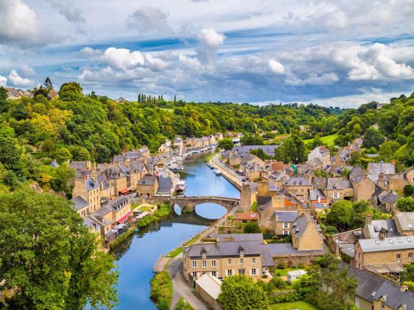 Dinan là một thị trấn đẹp như tranh vẽ ở Brittany, Pháp, nhìn ra con sông Rance thơ mộng. Du khách có thể dạo bước trên những phố và chiêm ngưỡng những tác phẩm nghệ thuật tại các phòng trưng bày và các cửa hàng thủ công. Ảnh: Shutterstock/canadastock.
