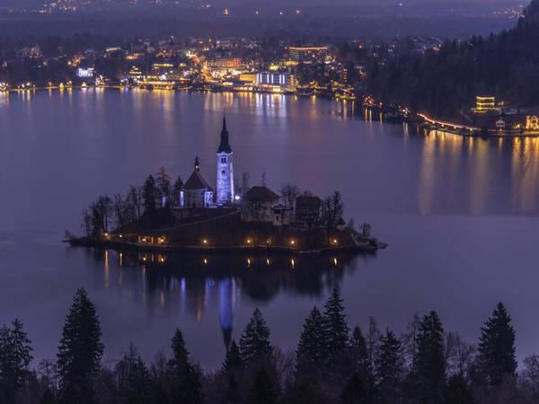 Thị trấn du lịch Bled của Slovenia, được biết đến với nhiều cảnh đẹp quyến rũ. Đặc trưng của thị trấn Bled là một nhà thờ nằm trên một đảo nhỏ giữa hồ, lâu đài có từ thời Trung cổ nằm trên một vách đá và những đỉnh núi hùng vĩ thuộc dãy Julian Alps. Bled được yêu thích nhờ bầu không khí lãng mạn và các hoạt động như đi bộ đường dài, đạp xe và chèo xuồng. Ảnh: Shutterstock/Ales Krivec.
