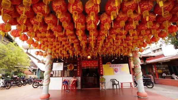 Chùa thờ Phật của người Malay gốc Hoa nổi bật với mái ngói cong vút, đèn lồng đỏ, các bức tường sơn đỏ và khói nhang nghi ngút.
