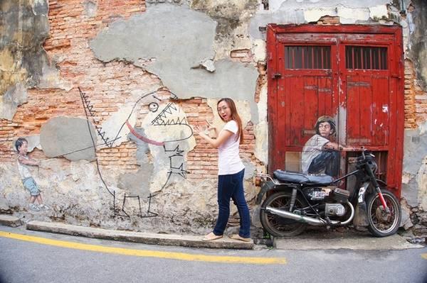 """Các tác phẩm nổi tiếng là """"Hai chị em trên xe đạp"""", """"Chú bé trên xe máy"""", """"Đứa trẻ và con khủng long"""" … Mỗi khách du lịch sẽ có những kiểu tạo dáng độc đáo khác nhau tùy vào sức sáng tạo, và có cảm giác được trở về tuổi thơ tinh nghịch của mình."""