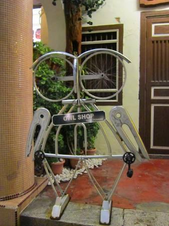 Các cửa hàng bán quà lưu niệm ở Penang cũng thỏa sức sáng tạo bằng cách sử dụng các vật liệu của chiếc xe đạp để tạo hình thành con cú mèo.