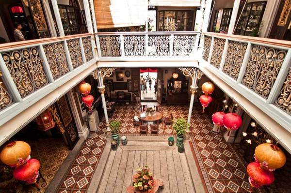 Penang từng là thuộc địa của Anh và được kiểm soát chặt chẽ, nên ngày nay nơi đây còn lưu giữ nhiều di sản kiến trúc quý giá. Bạn có thể đến ngôi nhà cổ Pinang Peranakan Mansion - ngôi nhà tiêu biểu của người Peranakan. Ngôi nhà mang đậm kiến trúc Trung Hoa với bốn dãy nhà khép kín tạo thành hình vuông, ở giữa là khoảng không lớn làm giếng trời.