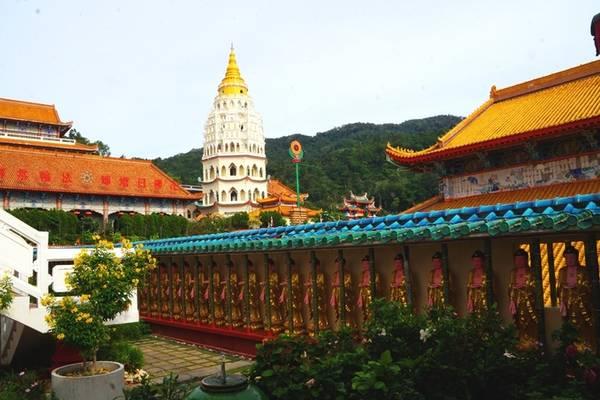 """Chùa Kek Lok Si cách George Town 35 phút di chuyển, là công trình kiến trúc tôn giáo lâu đời và lớn bậc nhất Đông Nam Á. Chùa tọa lạc trên đỉnh đồi, hướng mặt ra biển, gồm nhiều hạng mục lớn như các dãy tượng Phật đặt men theo thành tường gọi là """"vách Phật"""", các điện thờ lớn, pho tượng Phật Quan Âm bằng đồng cao hơn 30 m, khuôn viên trồng hoa cùng tượng của 12 con giáp."""