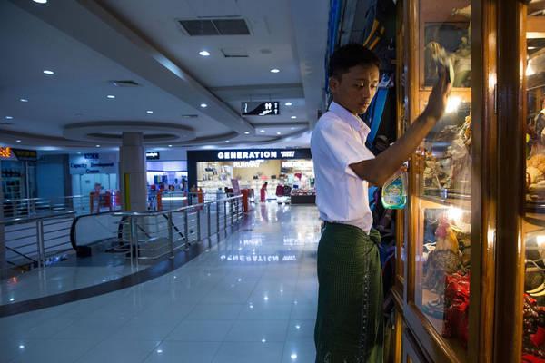 Khách vắng đến mức nhân viên phải tìm việc để làm.