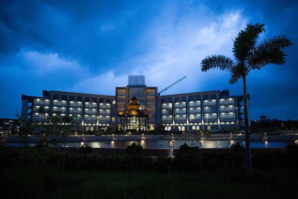 """Các tòa nhà lớn ở """"khu khách sạn"""", trong đó có khách sạn The Mingalar Thiri, cũng không có mấy người ở."""