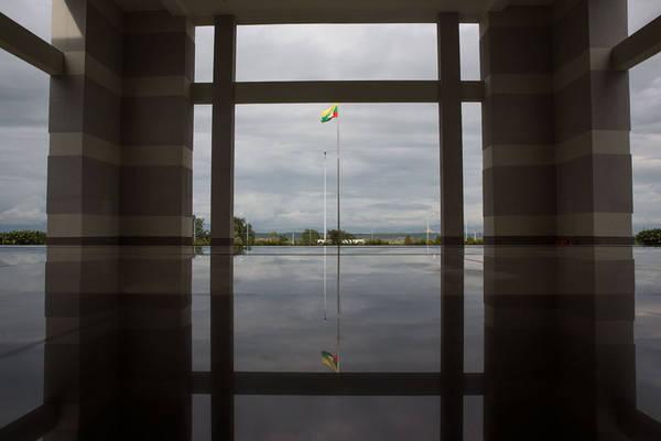 Lá cờ Myanmar tung bay ngoài bảo tàng quốc gia ở Naypyidaw, nơi không có khách tham quan.