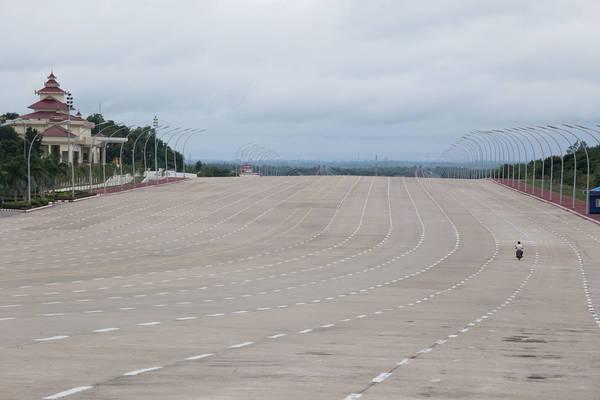 Giờ cao điểm không tồn tại ở Naypyidaw. Trong ảnh, một chiếc xe máy thoải mái đi giữa đường cao tốc 20 làn...
