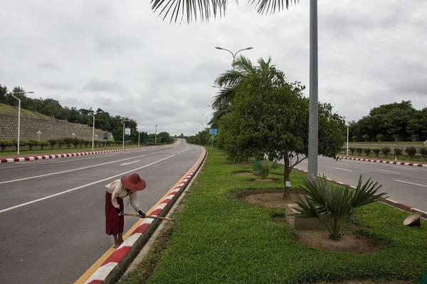 Thành phố có đầy đủ cơ sở hạ tầng, Wi-Fi miễn phí... nhưng không thu hút được người dân địa phương tới sinh sống. Tất cả đường đều có vỉa hè và vườn trang trí, nhưng hầu như không có người sử dụng.