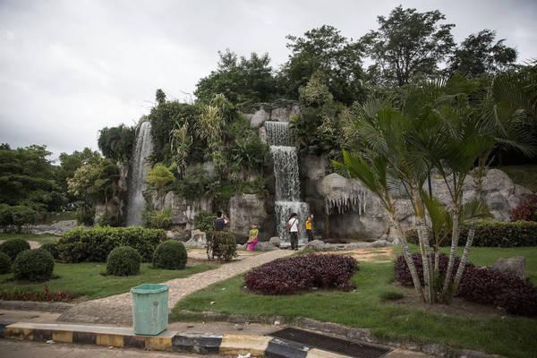 Nơi nhộn nhịp nhất là ở thác nước nhân tạo tại vườn Đài phun nước Naypyidaw, nơi một nhóm bạn đang chụp ảnh cho nhau.