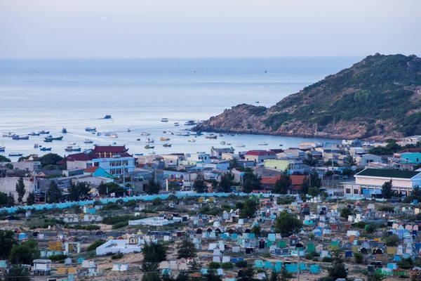 Toàn cảnh xã Nhơn Lý nhìn từ trên cao. Nghề chính của người dân vẫn là đi biển đánh bắt thủy hải sản. Gần đây, du lịch phát triển, họ làm thêm dịch vụ cho thuê thuyền, hướng dẫn du khách tham quan đảo.