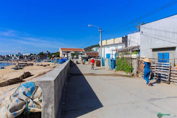 Giống với Nhơn Lý, Nhơn Hải cũng là một làng chài của ngư dân bản địa, tuy nhiên không phát triển du lịch bằng Nhơn Lý, không gian nhẹ nhàng, bình yên hơn rất nhiều. Trong ảnh là một trong hai con đường trung tâm của xã. Đường này chạy men theo bờ biển, đường còn lại đi xuyên qua khu dân cư.