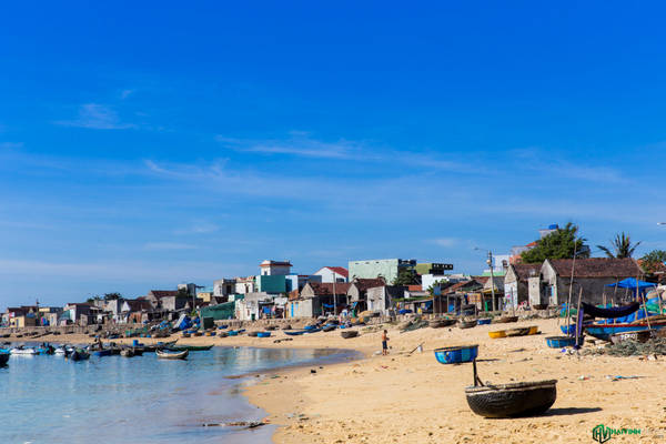 Tại Nhơn Hải, du khách có thể thuê thuyền của ngư dân để đến với hòn Khô, cù lao Xanh, những nơi tuyệt vời cho việc tắm biển và lặn biển.