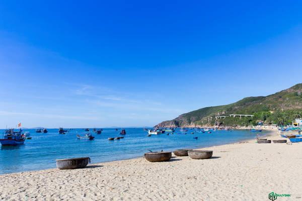 Biển ở đây rất đẹp, nước trong xanh nhìn thấy tận đáy. Chúng tôi thấy có một vài hostel của người dân bản địa để phục vụ du khách nhưng đa phần là du khách quốc tế.