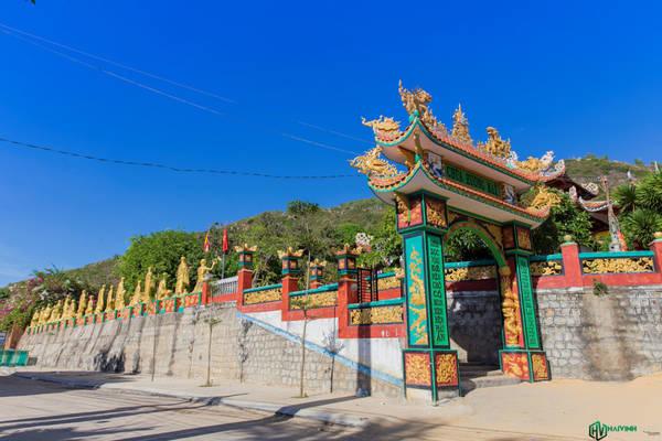 Sâu bên trong khu dân cư có những công trình kiến trúc tôn giáo như chùa, đền thờ, nhà thờ tổ vạn chài...
