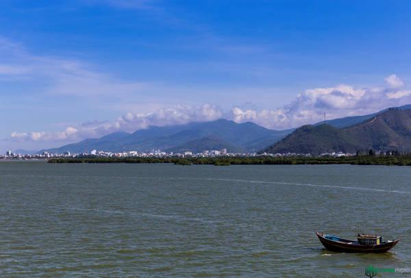 Từ khu vực đầm Thị Nại, ta có thể ngắm nhìn toàn cảnh thành phố với những dãy núi chập chùng, xanh mát.