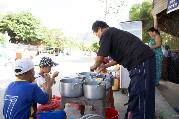 Thời tiết nắng nóng, chúng tôi giải nhiệt bằng cách ghé quán chè ngay trước cổng chùa. Lúc đó cũng có mấy đứa trẻ đang ngồi ăn ở đây.