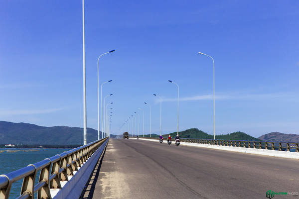 Đây là cầu Thị Nại, cây cầu vượt biển dài nhất nước ta hiện nay (2,5 km), nối thành phố Quy Nhơn với khu kinh tế Nhơn Hội.