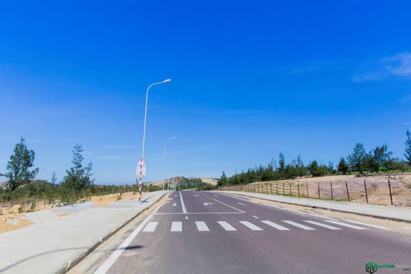 Trên đường vào Nhơn Lý, thời tiết lúc rất đẹp, trời trong xanh, nắng nhẹ, thích hợp cho những hoạt động ngoài trời.