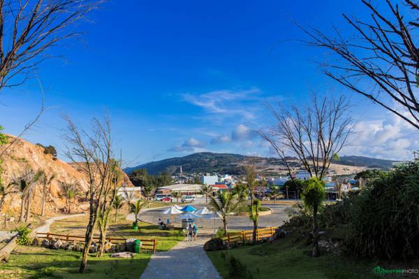 Khi tới Nhơn Lý, du khách có nhiều sự lựa chọn vui chơi như thuê thuyền ra đảo Kỳ Co tắm biển, lặn biển ngắm san hô, thưởng thức hải sản của người dân địa phương hoặc tham quan Eo Gió. Trong ảnh là đường vào Eo Gió.