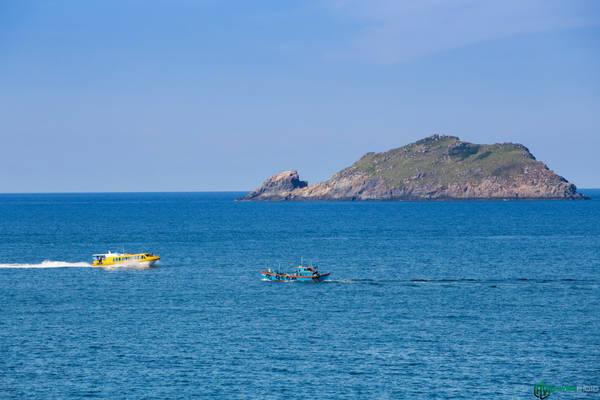 Từ Eo Gió, du khách có thể thuê thuyền hoặc cano để đến với đảo Kỳ Co cách đó chừng 30-40 phút di chuyển.