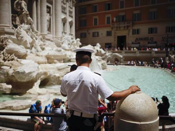 Lực lượng cảnh sát Rome cũng được giao nhiệm vụ giám sát và kiểm tra các địa điểm chặt chẽ hơn trước. Ảnh: AP.