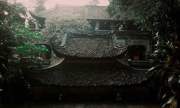 Quần thể kiến trúc cổ pha chút hiện đại cùng hàng nghìn hiện vật văn hóa lịch sử từ các triều đại Đinh, Lý, Trần, Lê… đã khiến Việt phủ trở thành điểm du lịch văn hoá hấp dẫn gần chốn thị thành.