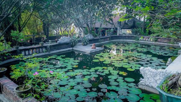 Để có dịp nghỉ ngơi, thư giãn tại Việt phủ mỗi dịp Tết đến và cũng muốn tập trung khai thác nhiều hơn nữa những nét văn hóa cổ xưa, họa sĩ Thành Chương còn cho dựng một ngôi nhà cổ 5 gian hai chái bằng gỗ lim, với diện tích khoảng 120 m2. Đây cũng là ngôi nhà mang đậm nét kiến trúc nhà ở truyền thống Việt Nam.