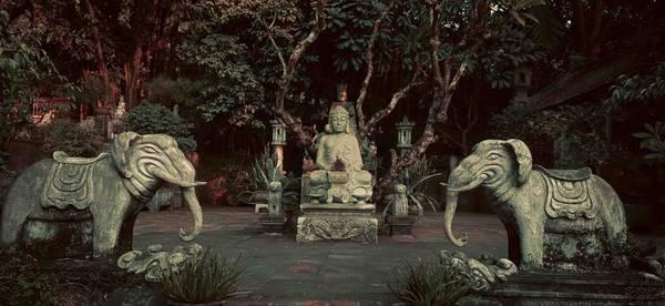 Ngoài 3 kiến trúc nhà cổ đặc trưng, nơi đây còn có nhiều công trình kiến trúc rất đẹp khác, điển hình như khu thờ Phật Tổ ngoài trời. Nơi đây được bài trí trang nghiêm với tượng Phật tổ ở chính giữa, xung quanh là các cây hương bằng đá, hai bên bậc đá dẫn lên chân Phật Tổ có đặt rất nhiều cây cảnh, càng tôn thêm vẻ đẹp của nơi thờ tự.