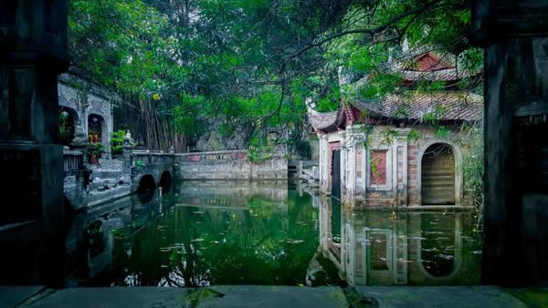 Việt Phủ nằm tại hồ Kèo Cả, xã Hiền Ninh, huyện Sóc Sơn, Hà Nội, cách trung tâm thành phố khoảng 35 phút lái xe, cách sân bay Nội Bài 15 phút.