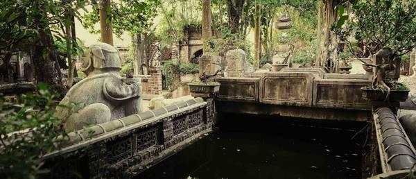 Là một quần thể kiến trúc lưu giữ nhiều giá trị lịch sử, Việt Phủ Thành Chương đã được nhiều báo quốc tế như The New York Times, Herald Tribune giới thiệu. Vậy đâu là điểm hấp dẫn nhất, nổi bật nhất và kinh nghiệm khi đi tham quan khu du lịch hấp dẫn này là gì?