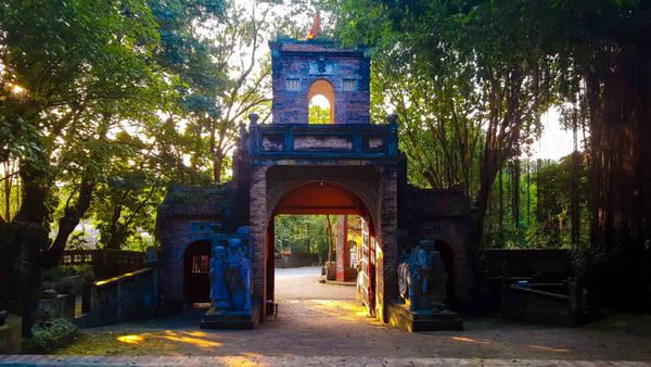 Giếng nước cổ được họa sĩ chuyển từ Thanh Hóa về đây nằm ngay phía bên trái. Con đường dẫn du khách từ cổng vào tham quan toàn bộ Việt phủ cũng mang đậm dấu ấn xưa với những hàng gạch Bát Tràng.