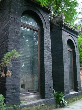 Giữa cổng trước và cổng thứ hai là 6 bức bia đá cao khoảng 3 m. Trong số đó nổi tiếng nhất là Bia tam tuyệt, bao gồm 3 di sản lịch sử giá trị của Trung Quốc: một bài thơ của Bùi Độ (một trọng thần phục vụ qua bốn triều đại Hiến, Mục, Kính, Văn); một bức thư pháp của Liễu Công Xước và một bản in khắc bởi bậc thầy nghề thủ công chạm khắc Lỗ Kiến.
