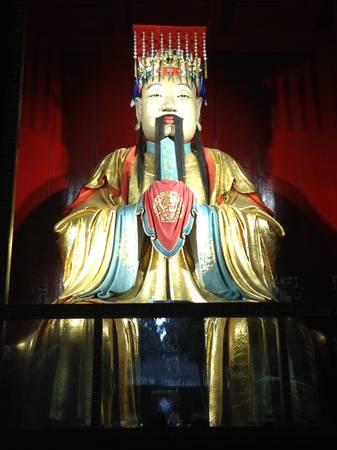 """Qua cổng thứ hai là đền thờ Lưu Bị. Trước cổng treo một tấm biển lớn đề 4 chữ """"Hán Chiêu Liệt Miếu"""" (nghĩa là """"miếu thờ vua Chiêu Liệt nhà Hán"""").  Đền thờ Lưu Bị được xây cao hơn những đền khác trong Vũ Hầu từ, với một bệ chạm trổ hình rồng và mây ở phía trước, thể hiện địa vị hoàng đế của Lưu Bị cao hơn so với những tướng khác.  Bên trong đền, bạn có thể chiêm ngưỡng bức tượng Lưu Bị mạ vàng cao 3 m ở chính giữa. Tuy nhiên đây không phải là chân dung thật mà chỉ là hình ảnh tưởng tượng lấy từ sách vở.  Bên phải đền thờ Lưu Bị là tượng Trương Phi cùng con và cháu bên cạnh. Tượng Quan Vũ và con trai Quan Bình cùng bộ tướng Chu Thương nằm ở gian bên trái."""