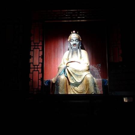 Ra khỏi đền thờ Lưu Bị và đi qua một sảnh nhỏ là đến đền thờ Gia Cát Lượng. Đền thờ Gia Cát Lượng thấp hơn một chút so với đền thờ Lưu Bị. Bên trong đặt bức tượng Gia Cát Lượng mạ vàng, tay cầm chiếc quạt lông ngỗng.  Trong văn học và nghệ thuật, Gia Cát Lượng được miêu tả là trân quý chiếc quạt lông vũ như viên ngọc, lúc nào cũng cầm trên tay như hình với bóng. Bất kể xuân hạ thu đông, Gia Cát Lượng đều lay động nhẹ chiếc quạt, thể hiện sự tự tin bình thản, ung dung tự tại, luôn nắm chắc phần thắng.  Phía trước tượng là ba chiếc trống đồng trang trí họa tiết hoa lá được cho là trống trận của Gia Cát Lượng.