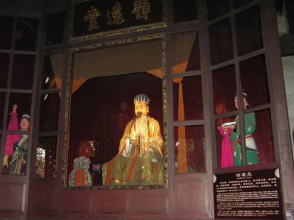 """Đi qua một lối đi yên tĩnh với hai bên tường sơn đỏ rợp bóng trúc râm mát là lăng mộ của Lưu Bị, còn gọi là Huệ Lăng. Huệ trong tiếng Trung có nghĩa là điều tốt. Trong tín ngưỡng của người Trung Quốc, vị trí của lăng mộ cực kỳ quan trọng. Người ta tin rằng nếu tổ tiên được mai táng ở vùng đất có phong thủy tốt thì con cháu sẽ phát đạt, thịnh vượng.  Gia Cát Lượng đích thân chọn vị trí của Huệ Lăng. Trước cửa lăng có tấm biển ghi 4 chữ """"Thiên thu lẫm nhiên"""" (Nghìn thu sau còn khiến người ta kính sợ), lấy từ một câu trong bài thơ """"Thục Tiên Chủ miếu"""" của nhà thơ Lưu Vũ Tích đời Đường."""